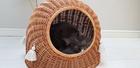 Budka Wiklinowa naturalna  z beżowymi chwostami Boho i beżowym kocykiem Dla Psa,Kota  ( York, Maltańczyk, Shih Tzu, Maine Coon ) (3)
