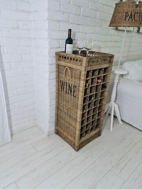 Rustykalny Regał Na Wino Hampton Winiarka Z Rattanu  (1)