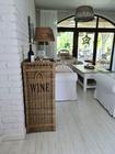 Rustykalny Regał Na Wino Hampton Winiarka Z Rattanu  (3)