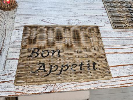 Podkładka Rustykalna Hampton Rattan Pod Talerz Z Napisem Bon Appetit (1)