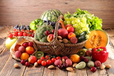 Kosz wiklinowy na zakupy z owocami
