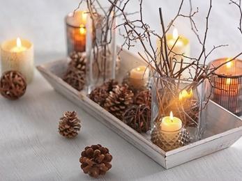aranżacje ze świeczek - szklane świeczniki z szyszkami i gałązkami
